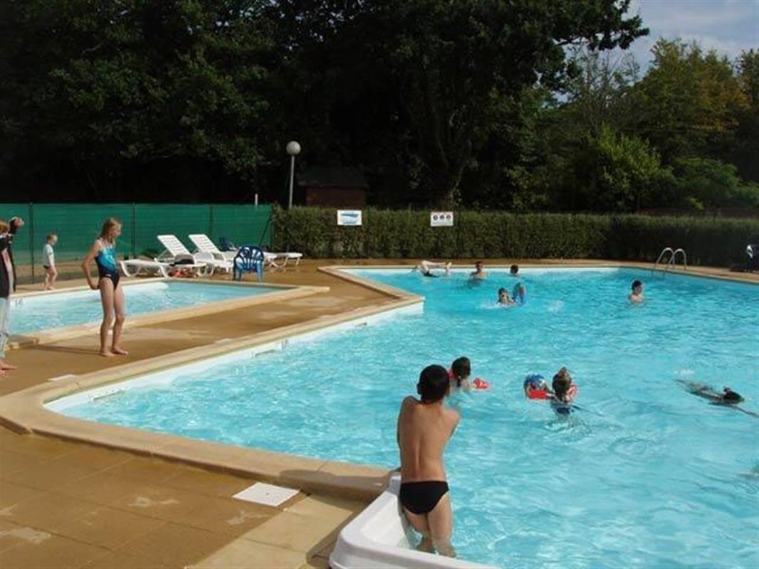 La piscine chauffée et la pataugeoire dans le camping Kervastard