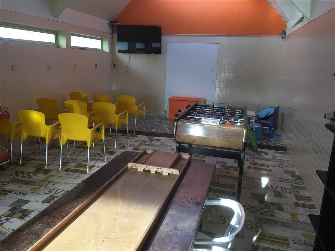 Salle de jeux dans le camping Kervastard